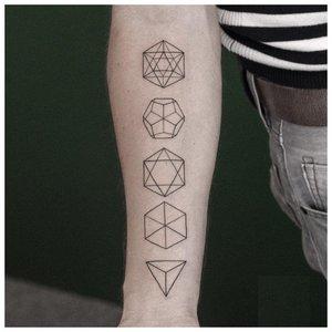 Геометрическая тату на всей руке