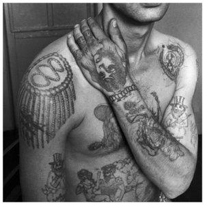 Тюремные татуировки на плечах