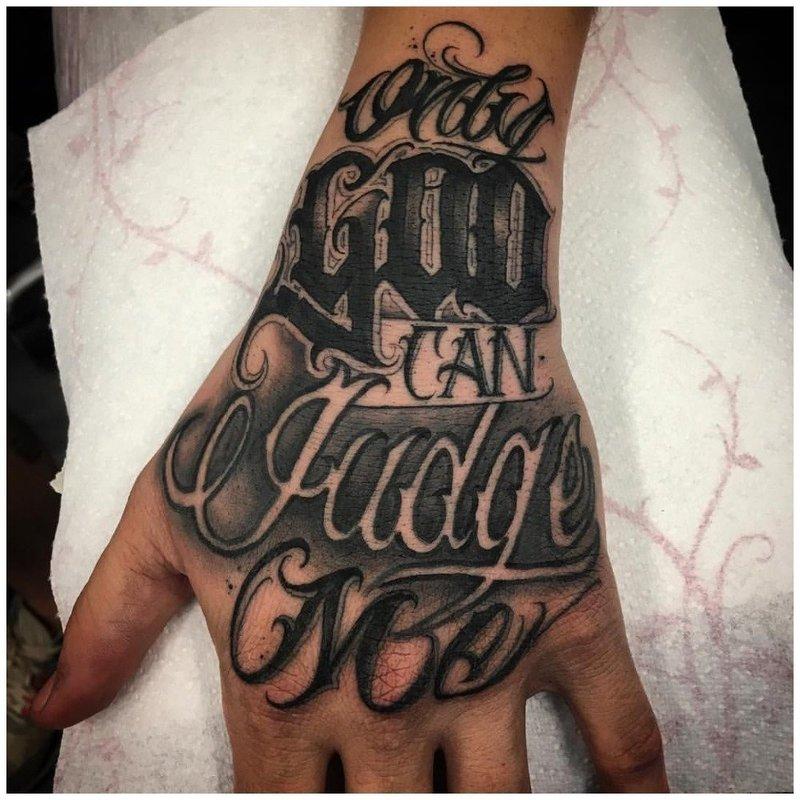 Тату надпись на руке у мужчины
