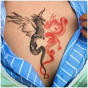 Тату дракона на грудной клетке у девушки