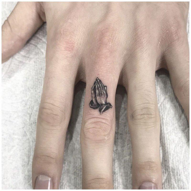 Руки молящегося мини тату на пальце