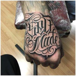 Крупная тату надпись на кисти