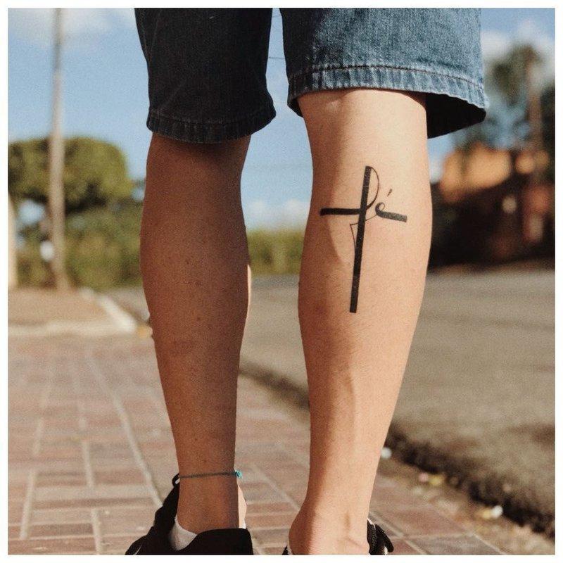 Тату-крест на голени