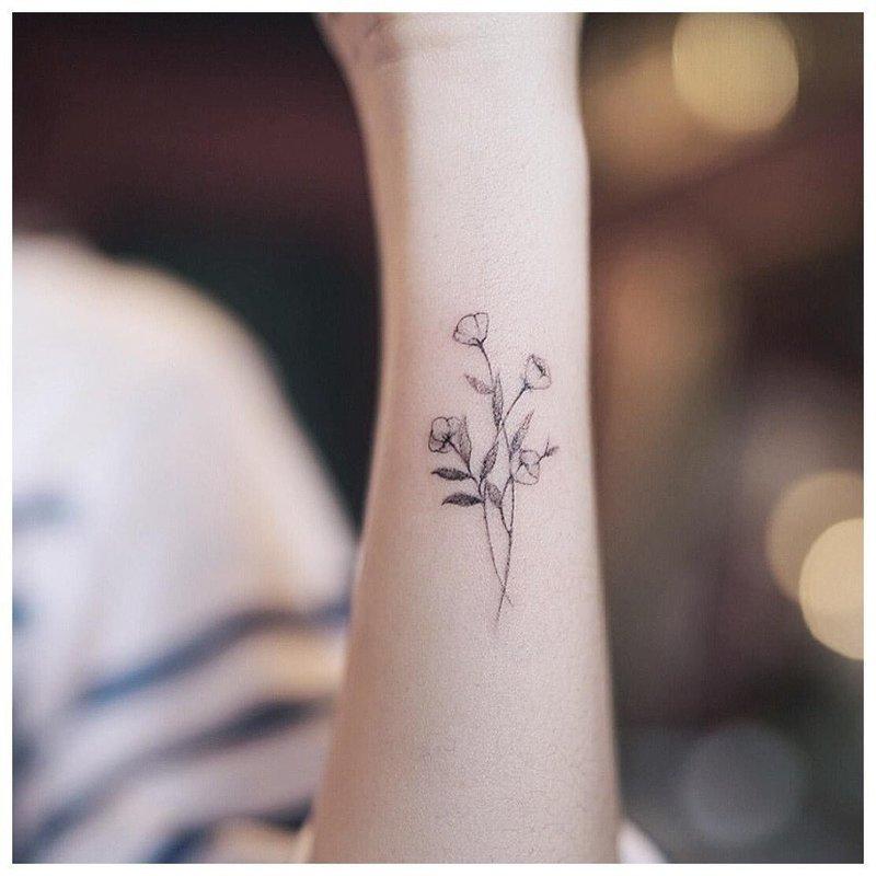 Цветы в стиле минимализм на запястье