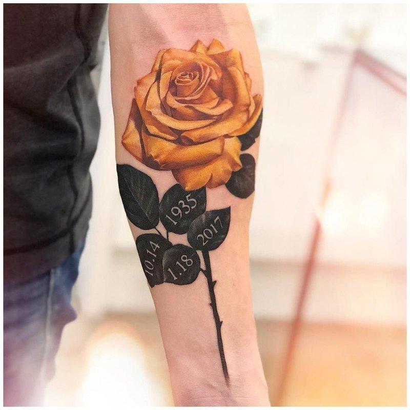 Тату желтая роза на руке у мужчины