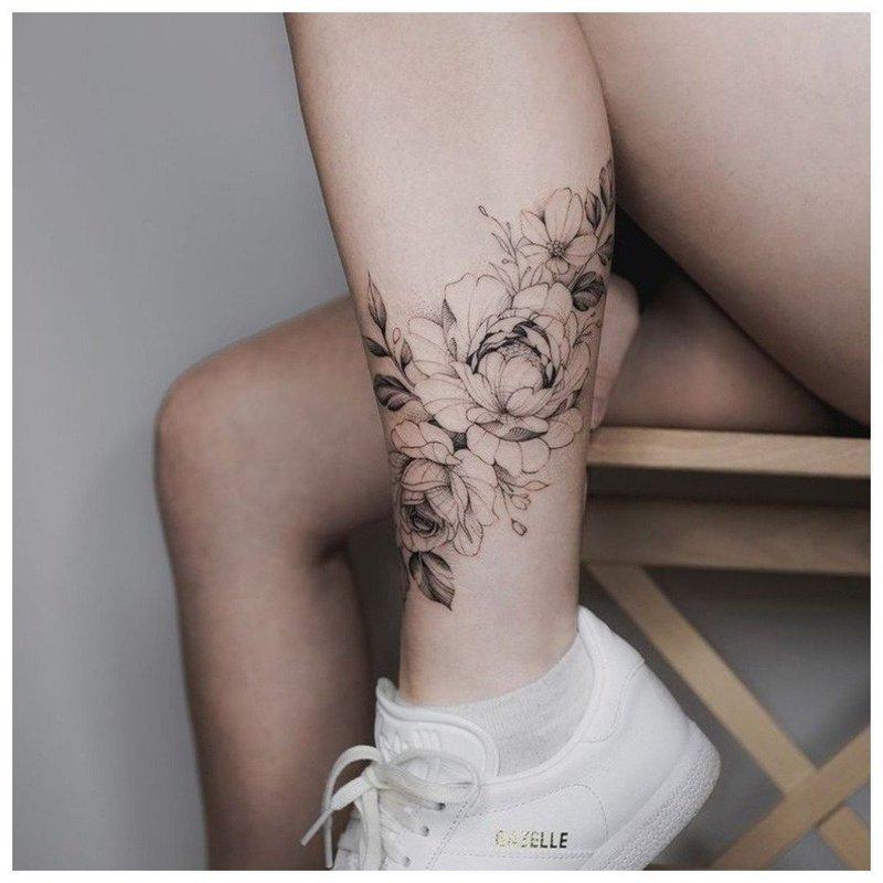 Тату из цветов вокруг ноги