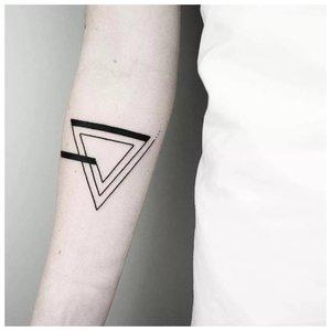 Геометрическая тату с треугольником