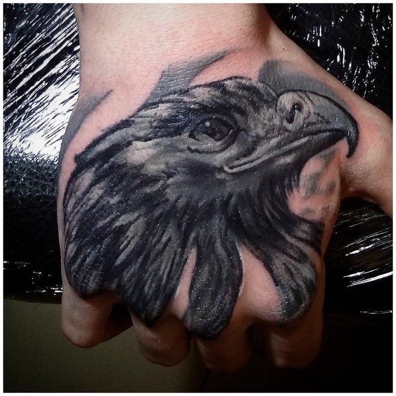 Крупное тату птицы на руке