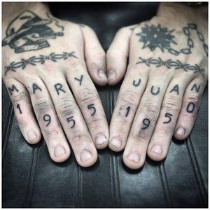 Тату надпись на пальцах