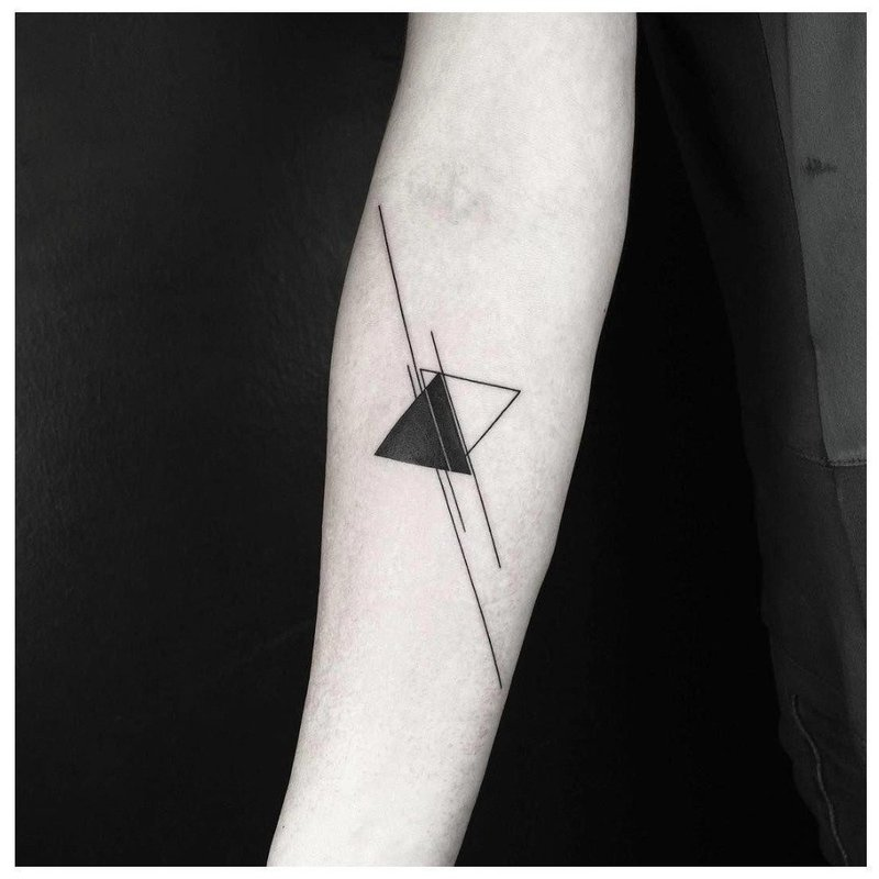 Геометрическая тату с двумя треугольниками