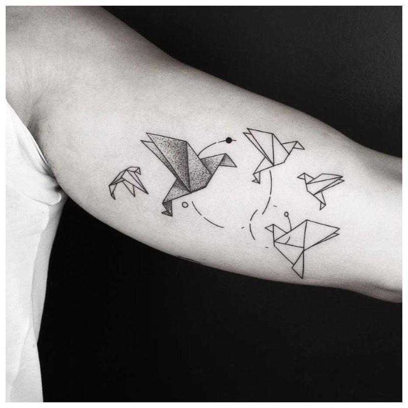 Минималистичное тату с птицами