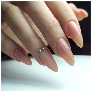 Модные длинные ногти с камнями