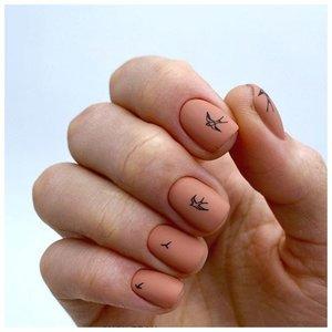 Нюдовые ногти с маленькими наклейками