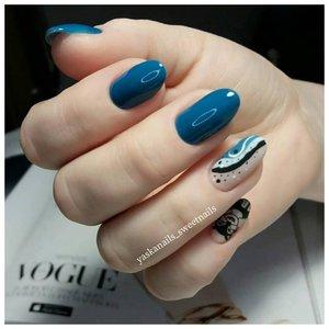 Абстракция на ногтях в цветет морской волны