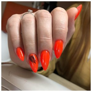Оранжевый маникюр с тропическими наклейками