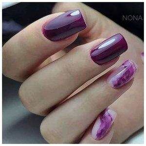 Фиолетовая абстракция на ногтях