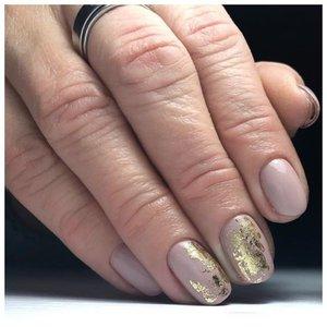 Нюдовые ногти с фольгой - дизайн 2020