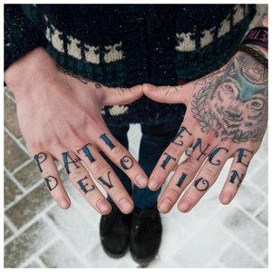 Тату на фалангах пальцев в два ряда