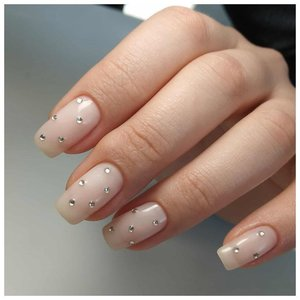 Самый модный дизайн ногтей с камнями