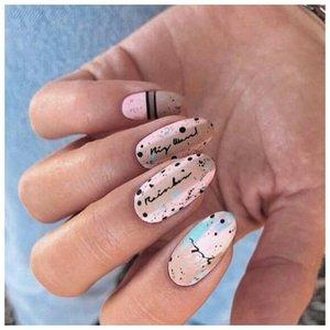 Точечная абстракция на ногтях