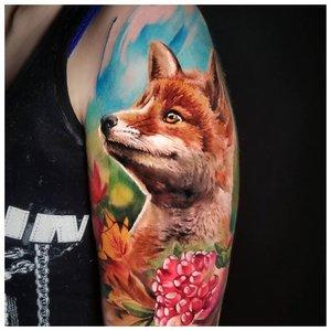 Реалистичная тату лисы на фоне неба