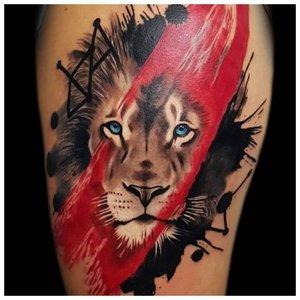 Тату льва с красной полоской