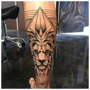 Тату на ноге со львом