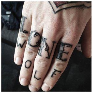 """Тату на пальцах """"Одинокий волк"""""""