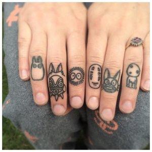 Тату на пальцы с масками