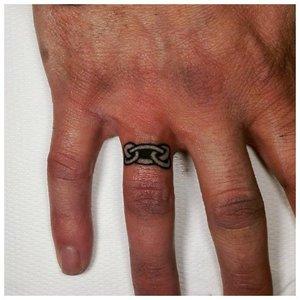 Тату узорного кольца на пальцах