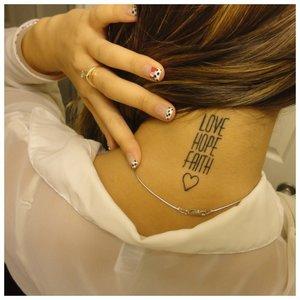"""Тату на шее """"Любовь, надежда, судьба"""""""