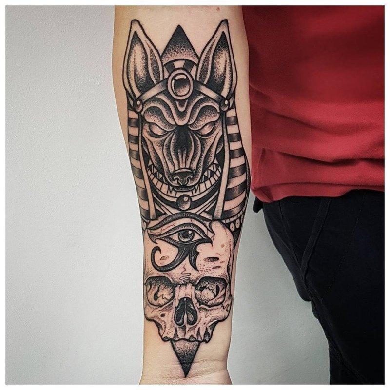 Татуировка с Анубисом на предплечье