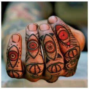Тату на пальцы с глазами