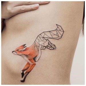Минималистичная тату лисы на ребрах