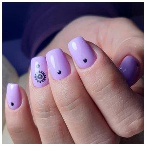Фиолетовые ногти с дизайном точки