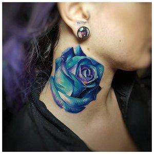 Тату на шее с голубой розой