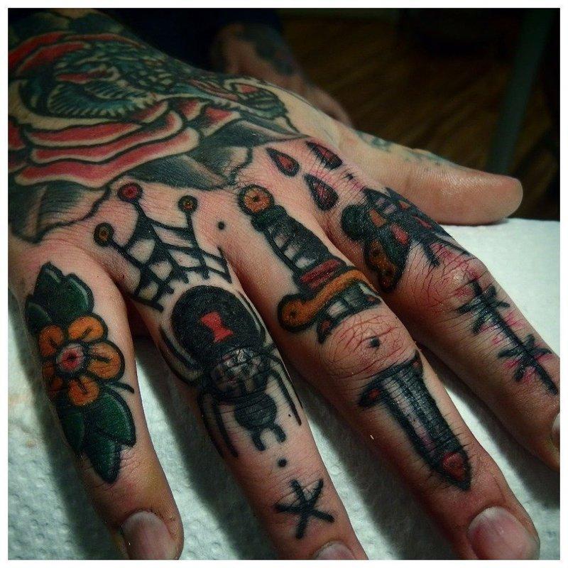 Сплошные тату на весь палец