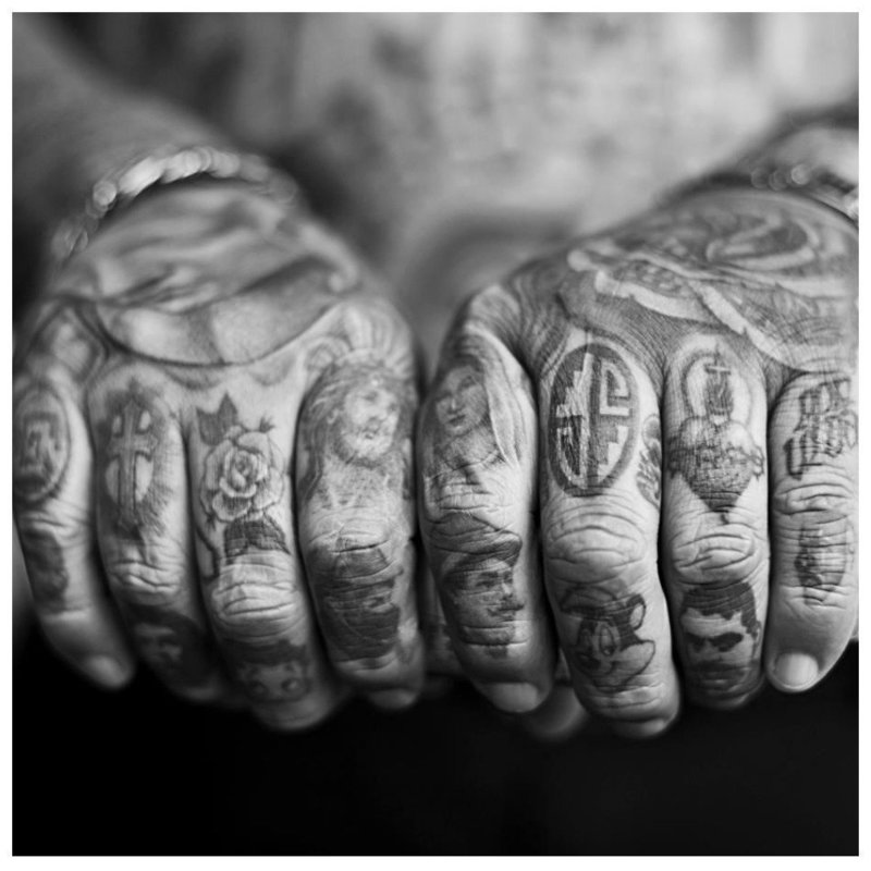 Тату на пальцы с образами святых