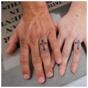 Тату на пальцы с парными крестами
