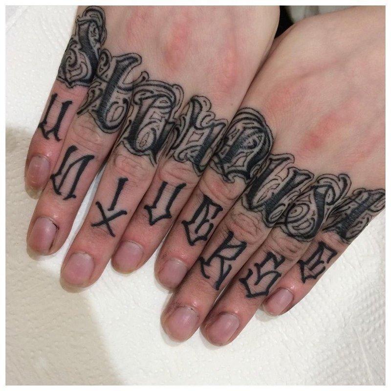 Тату на пальцы с символами в два ряда