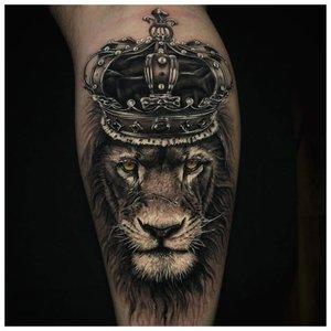 Тату льва с короной на ноге