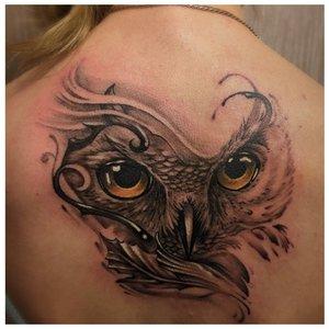 Тату глаз совы на спине