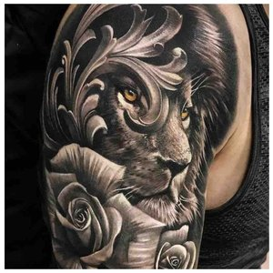 Тату льва с розами на плече