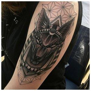 Татуировка с Анубисом в технике лайнворк