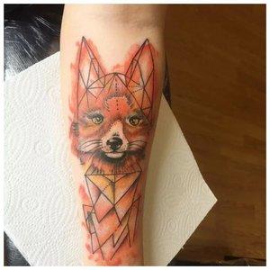 Тату лисицы в лайнворке на руке