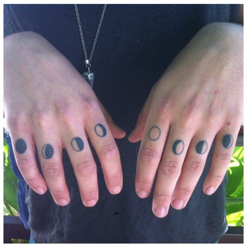 Тату на пальцы с лунным циклом