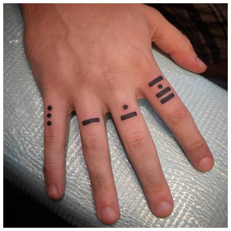 Тату на пальцы с точками и прямыми
