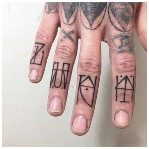 Тату с символами на пальцах