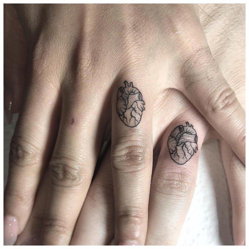 Парные тату на пальцы с сердцем
