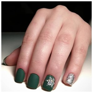 Матовые зеленые ногти с серебром